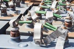 电池,变压器,过时电源的单位 葡萄酒电阻器和电容器 免版税图库摄影