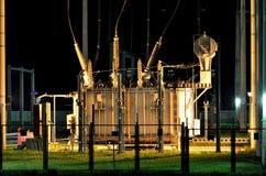 电源变压器在夜之前 免版税图库摄影