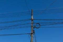电源杆和输电线 免版税库存照片
