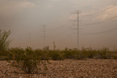电源杆在沙漠 库存照片