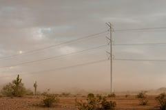 电源杆在沙漠 免版税库存图片