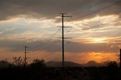 电源杆在沙漠 免版税库存照片