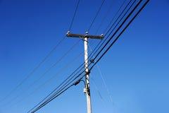 电源杆在蓝天下 库存图片