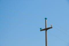 电源杆支持一条顶上的输电线的由水泥制成 库存图片