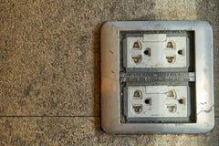 电源输出口,在地板上的电子插座插口 库存照片