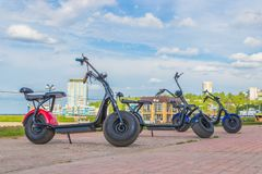 电滑行车在城市公园 切博克萨雷,俄罗斯, 19/05/2018 免版税库存照片