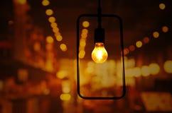 电灯泡与长方形金属框架的灯光与轻的bokeh ni 图库摄影