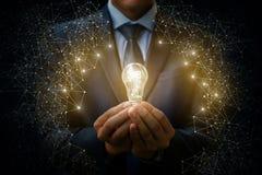 2018电灯泡作为一个想法在商人的手上 免版税库存照片