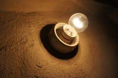 电灯泡光老墙壁 库存图片