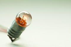 电灯泡发光的光 葡萄酒设计白炽灯宏指令视图 软的颜色背景 浅深度的域 复制空间 库存图片