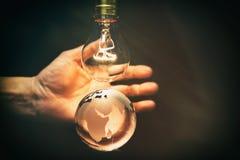 电灯泡和地球 免版税库存照片