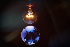 电灯泡和地球 免版税库存图片