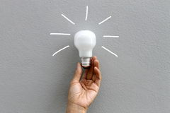 电灯泡和手 免版税图库摄影