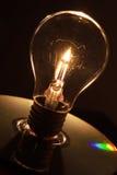 电灯泡和烛光焰 免版税库存图片