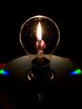 电灯泡和烛光焰 免版税库存照片