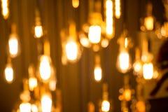 电灯泡垂悬了与美丽与从bokeh的光一个电灯泡 免版税库存图片