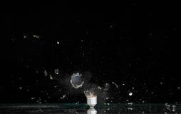 电灯泡展开的闪亮指示 免版税库存图片