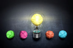 轻电灯泡弄皱纸在黑板想法概念背景 免版税库存图片