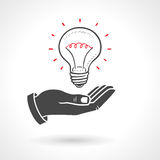 给电灯泡想法概念的手 库存图片