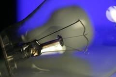 电灯泡接近的闪亮指示 免版税图库摄影