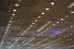 电灯泡查出的轻的白色 与电灯泡的天花板 免版税库存照片