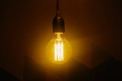 电灯泡温暖的黄色强光  库存照片