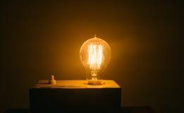 电灯泡温暖的黄色强光  库存图片