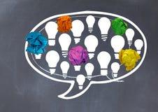 电灯泡聊天与被弄皱的纸球的泡影在黑板前面 库存照片