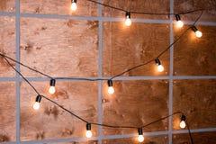 电灯装饰的木墙壁 装饰古色古香的爱迪生样式 库存图片