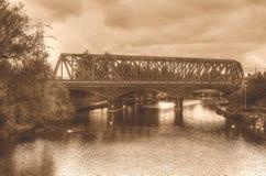 电烙在彼德伯勒英国HDR乌贼属口气的铁路桥 免版税库存照片