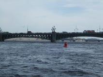 电烙在河圣徒Peterburg俄罗斯的老桥梁 库存图片