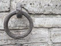 电烙在葡萄酒墙壁背景的圆环  库存照片