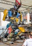 电烙巨型机器人音乐家,收集从大金属从转储的,戏剧吉他,处理您的计算机,在阶段 免版税图库摄影
