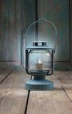 电烙有白色蜡烛的灯笼里面在木头 图库摄影