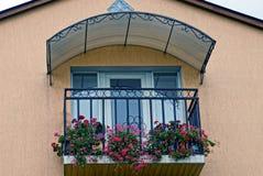 电烙有花盆的阳台与在房子的墙壁上的装饰花有窗口和门的 库存照片