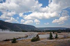 电烙流动通过峭壁喷泉的春天小河在黑沙子喷泉水池在黄石国家公园在怀俄明美国 库存图片