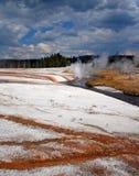 电烙流动通过峭壁喷泉的春天小河在黑沙子喷泉水池在黄石国家公园在怀俄明美国 免版税库存照片