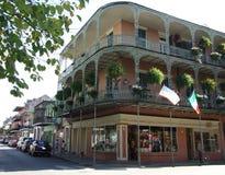 电烙皇家和圣菲利普街-法国街区,新奥尔良的角落的鞋带阳台 免版税图库摄影
