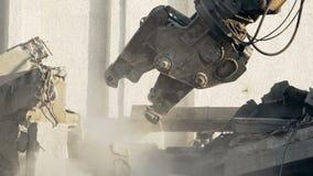 电烙粗心大意地乱砍老大厦的工具,拉扯在被放弃的建筑下 股票录像