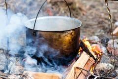 电烙罐用在灼烧的火的食物 在金属大锅的食物我 图库摄影