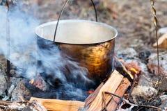 电烙罐用在灼烧的火的食物 在金属大锅的食物我 库存照片
