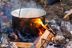 电烙罐用在灼烧的火的食物 在金属大锅的食物我 库存图片