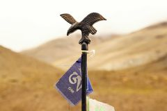 电烙老鹰的图与Om的旗子的 库存图片