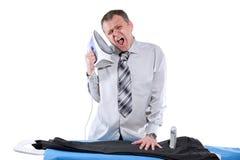 电烙他的裤子的商人 免版税库存图片
