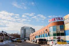 电烫,俄罗斯, 2月, 06日 2016年:与超级市场的冬天都市风景 库存图片