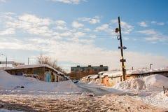 电烫,俄罗斯, 2月, 06日 2016年:与车库合作社的冬天都市风景 免版税库存图片