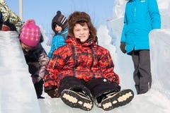 电烫,俄罗斯, 2月, 06日 2016年:乘坐冻小山,都市espl的男孩 免版税库存照片