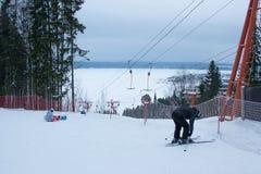 电烫,俄罗斯, 12月13日 2015年:在滑雪胜地'Zhebrei的'人滑雪和雪板运动 免版税库存图片