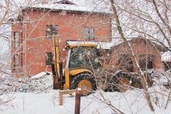 电烫,俄罗斯, 12月16日 2015年:运转在私人部门的一个建造场所的挖掘机 免版税库存照片