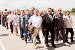 电烫,俄罗斯, 7月04日 2015年:退伍军人盛大欢迎的人们  图库摄影